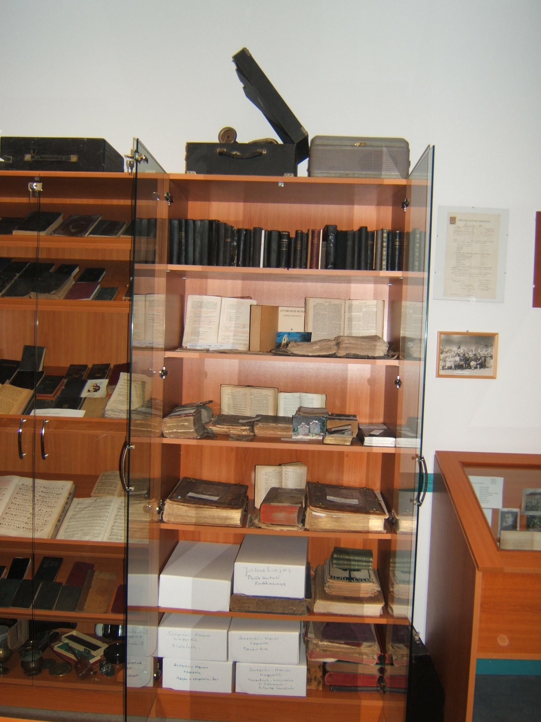 Múzeum képek 2008.12.19.csütörtök polcok, emlékek 001